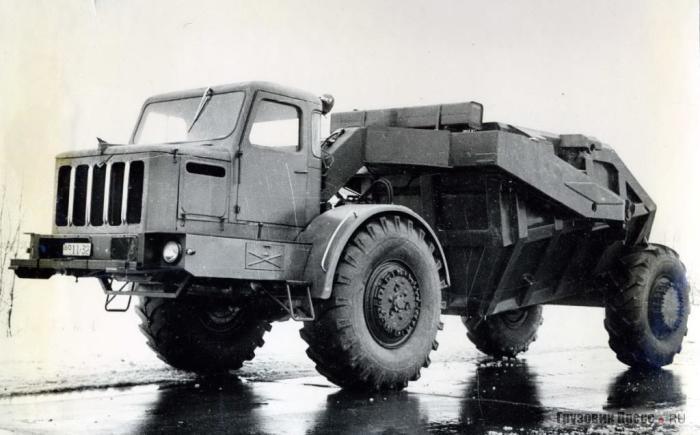 Одноосный тягач МАЗ-529В с прицепом-скрепером. | Фото: gruzovikpress.ru.