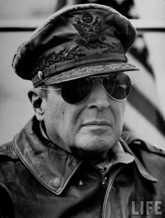 Генерал Дуглас Макартур – американский герой Второй мировой войны.