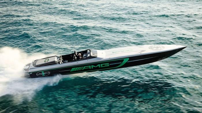 Гоночный катер Marauder AMG на воде.