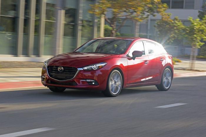 Компактный хэтчбек Mazda3 2017 года. | Фото: cheatsheet.com.