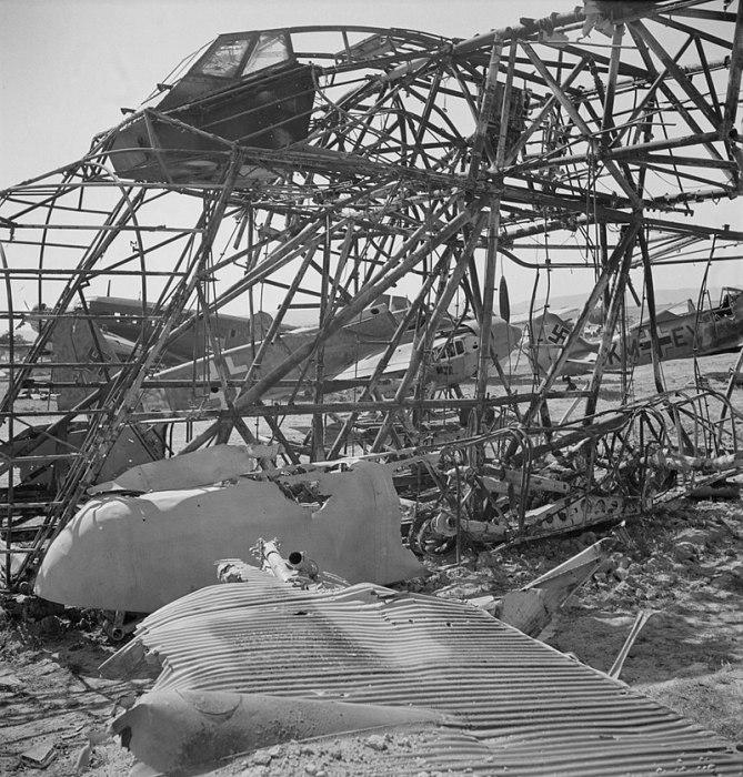 Все, что оставалось от летающего гиганта после пожара. | Фото: loc.gov.