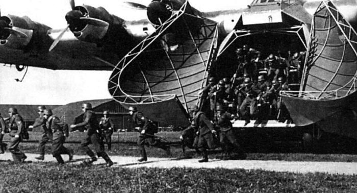 Немецкие пехотинцы покидают транспортный Messerschmitt 323. | Фото: yaplakal.com.