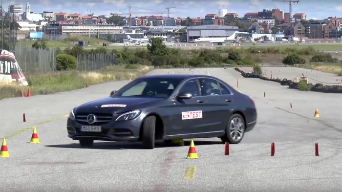 Компактный представительский седан Mercedes-Benz C-Class проходит испытание безопасности – т.н. «лосиный тест». | Фото: motor.ru.