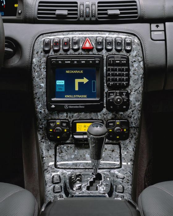 Гранитная вставка на передней панели Mercedes-Benz. | Фото: cheatsheet.com.