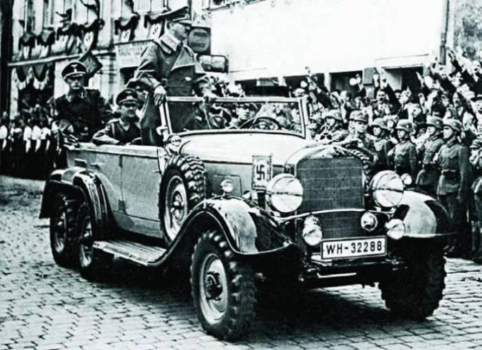 Адольф Гитлер в штабном автомобиле вермахта Mercedes-Benz G4 (в кузове W31). | Фото: pinterest.co.uk.