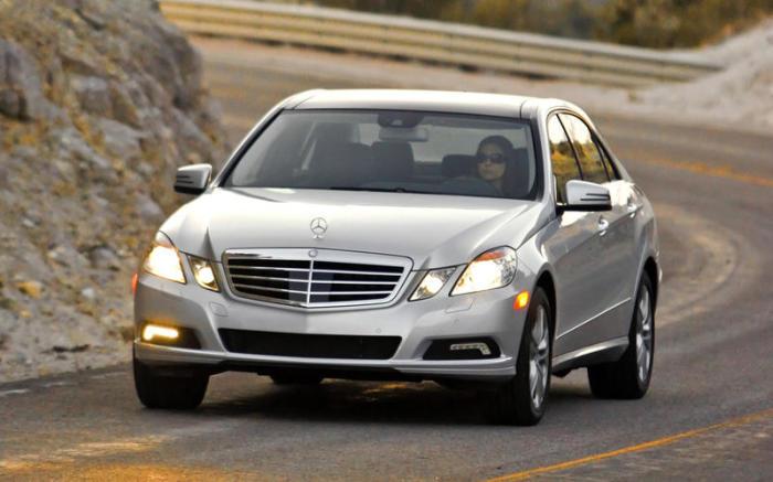 Естественно, это Mercedes-Benz E-Class, а не представительский Renault, который французы так и не построили. | Фото: autocar.co.uk.