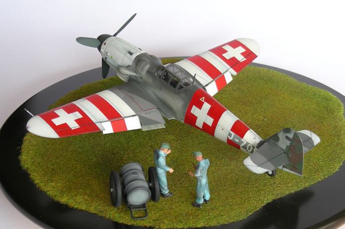 Истребители Messerschmitt Bf.109G-6 получили яркий красно-белый окрас цветов флага Швейцарии. | Фото: hyperscale.com.