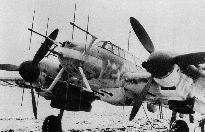Немецкий истребитель Messerschmitt Bf.110-G-4/R3 с установленными радарами FuG 220 и FuG 212. | Фото: asisbiz.com.
