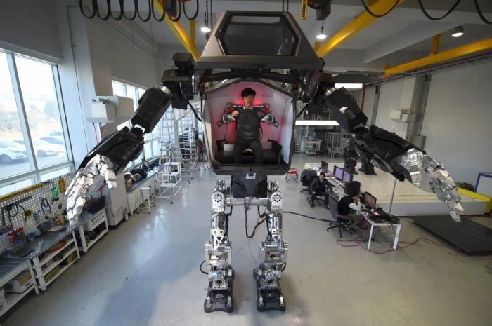 С помощью педалей и джойстиков человек может управлять 1,5-тонной махиной. | Фото: phys.org.