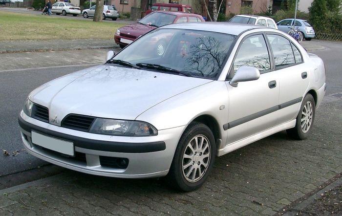 Японский седан Mitsubishi Carisma собирали с 1995 по 2003 год. | Фото: en.wikipedia.org.