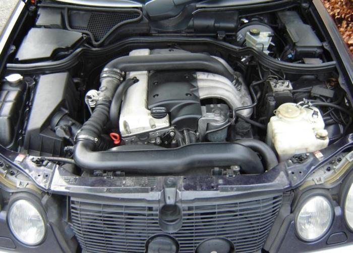 Дизельный двигатель OM602 под капотом Mercedes-Benz E-Class (W210). | Фото: commons.wikimedia.org.