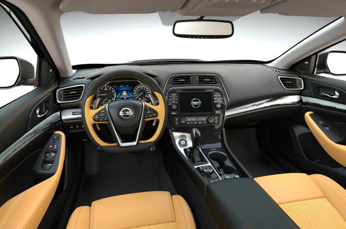 Салон большого японского седана Nissan Maxima.
