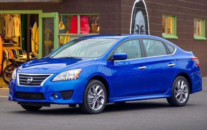 Синий Nissan Sentra 2014 года. | Фото: cheatsheet.com.
