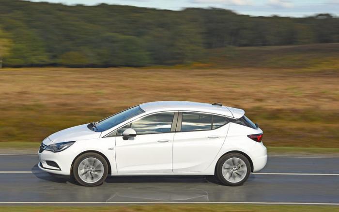Opel Astra поколения К выпускается с 2015 года. | Фото: autocar.co.uk.