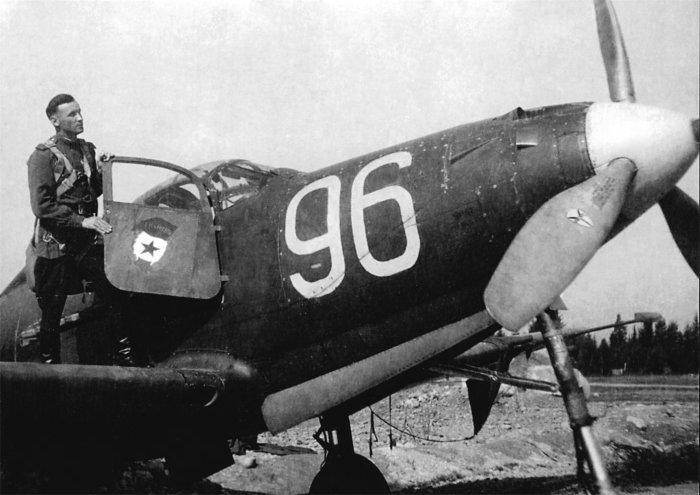Гвардии майор А. Г. Пронин у своего истребителя Р-39 «Аэрокобра». | Фото: usiter.com.