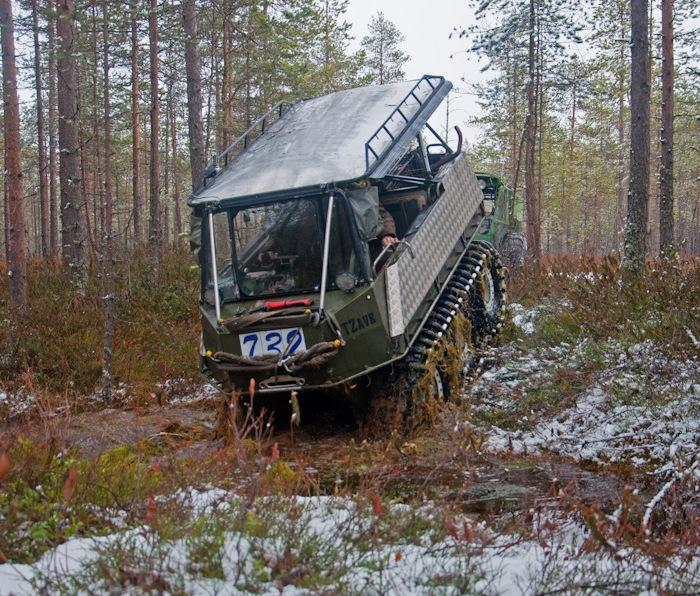 Вездеход PTZavr преодолевает затопленную канаву. | Фото: drive2.ru.