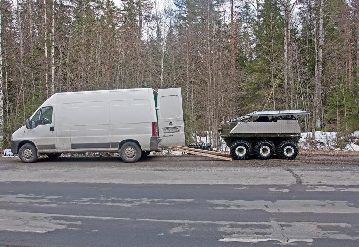 Габариты вездехода позволяют перевозить его в обычном фургоне. | Фото: drive2.ru.