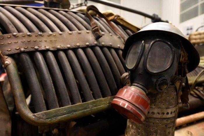 Воздушный фильтра танкового дизеля украшает противогаз в каске.