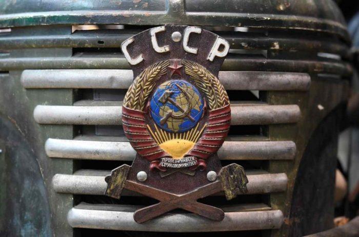 Переднюю часть коляски украшает герб СССР.