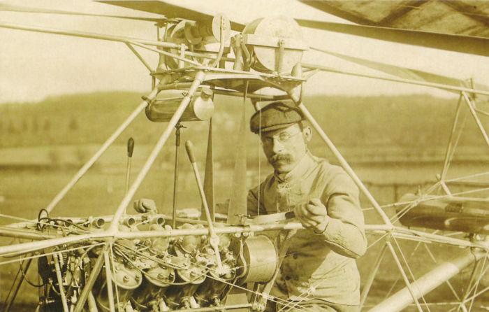 Поль Корню за штурвалом вертолета собственной конструкции, 1907 год. | Фото: commons.wikimedia.org.