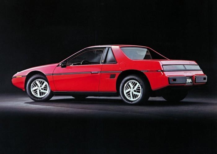 Pontiac Fiero – спортивный автомобиль среднемоторной компоновки.