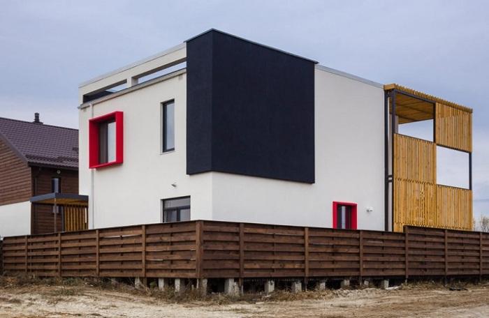 Отделка наружных стен и рамы окон выполнены в основных цветах, повторяя стиль архитектурной школы «Де Стайл».