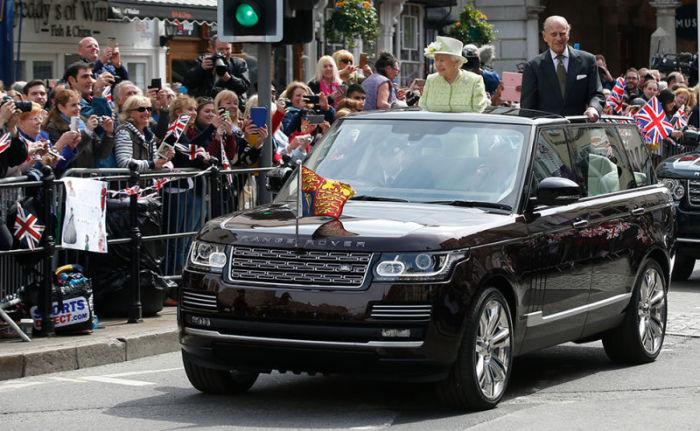 Елизавета II в роскошном внедорожнике Range Rover Laundaulet. | Фото: truckyeah.jalopnik.com.