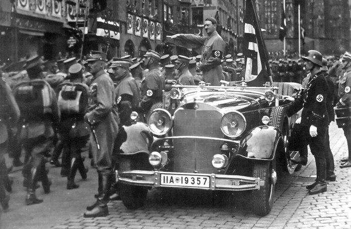 Адольф Гитлер приветствует штурмовиков СА. Нюрнберг, 1935 год.   Фото: commons.wikimedia.org.