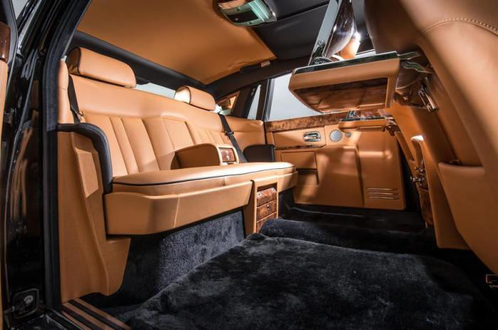 Роскошный салон седана представительского класса Rolls-Royce Phantom.