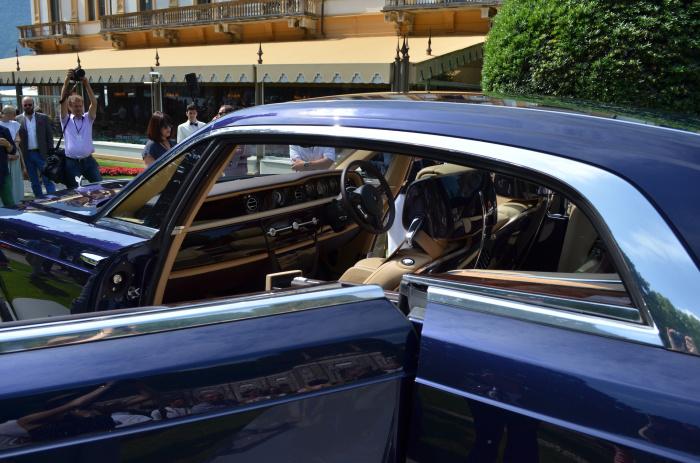 На передней панели Rolls-Royce Sweptail минимум кнопок, но есть отсек для шампанского.