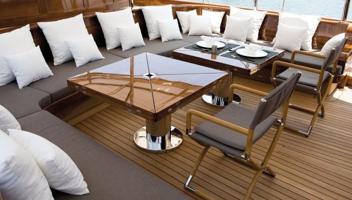 Традиционные для дорогих яхт складные столики на верхней палубе, обшитой тиком.