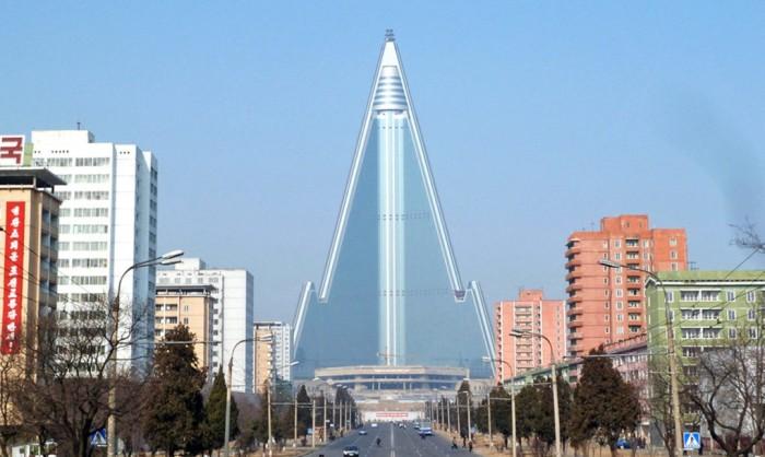 Широкий проспект берет начало у гостиницы Рюгён в столице КНДР.