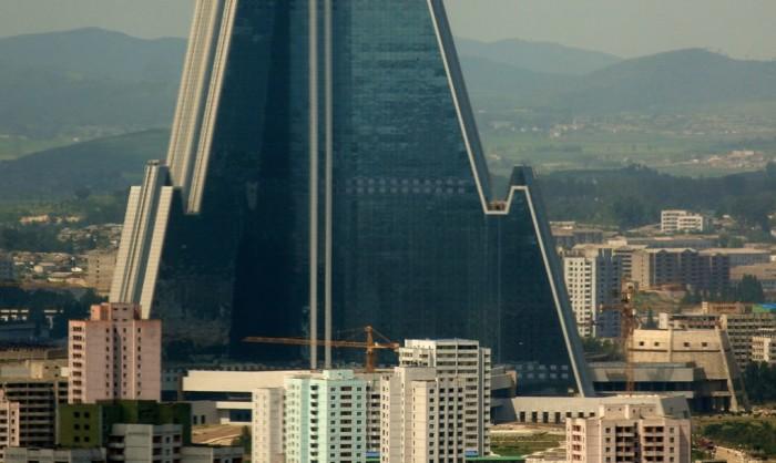 Здание гостиницы Рюгён настолько огромно, что обычные высотки просто теряются на ее фоне.