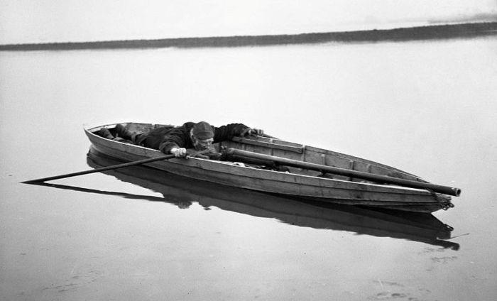 Охотник прильнул к прицелу «уточницы». США, 1900-е годы. | Фото: en.wikipedia.org.
