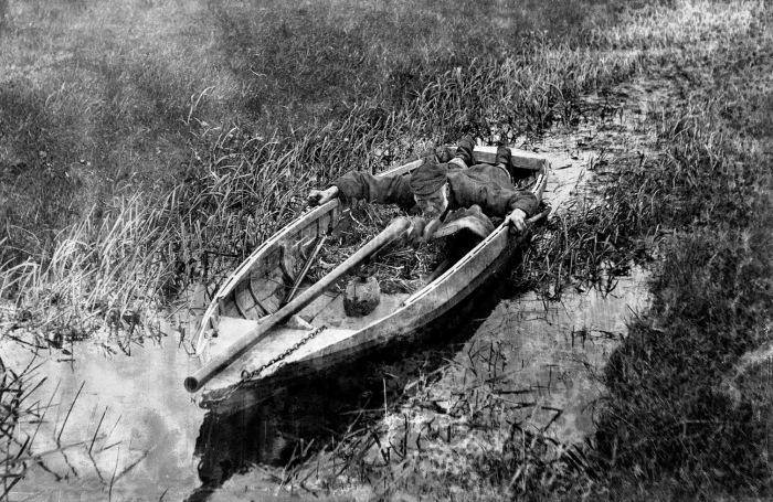 При охоте на уток важно не шуметь и уметь прятаться. США, 1900-е годы. | Фото: commons.wikimedia.org.
