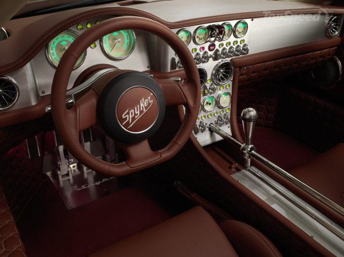 Салон голландского спортивного автомобиля Spyker C8 Preliator.