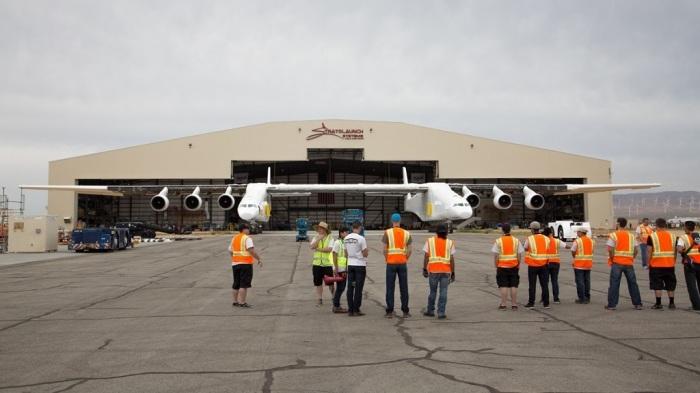 Группа техников уже ожидает самолет-рекордсмен.