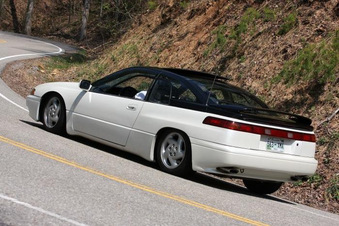 Спортивное купе Subaru SVX с необычными окнами в окнах.