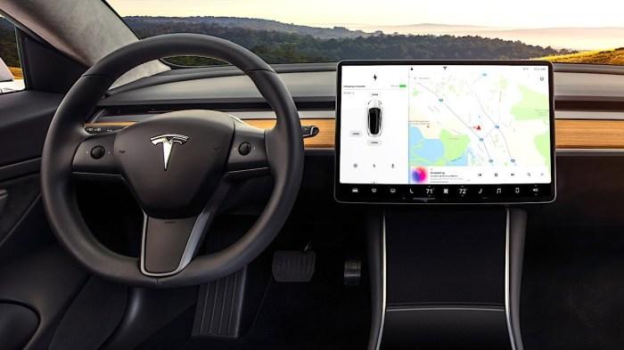Передняя панель в электрокаре Tesla Model 3. | Фото: youtube.com.