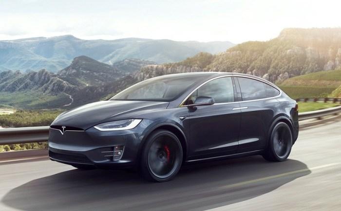 Большой электрический кроссовер Tesla Model X 2017 года. | Фото: cheatsheet.com.
