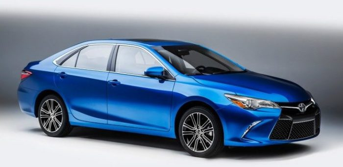 Toyota Camry – популярный седан среднего класса.