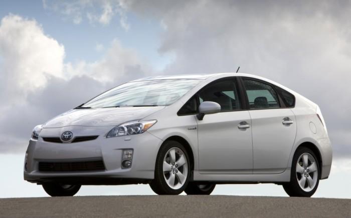 Белая Toyota Prius 2010 года. | Фото: cheatsheet.com.