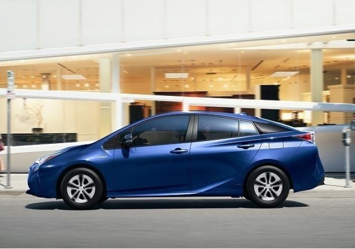 Гибридный хэтчбек Toyota Prius Two Eco 2016 года. | Фото: cheatsheet.com.