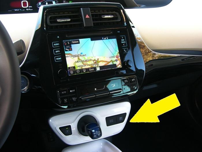 Передняя консоль японского автомобиля Toyota Prius со встроенным джойстиком-селектором АКПП. | Фото: cheatsheet.com.