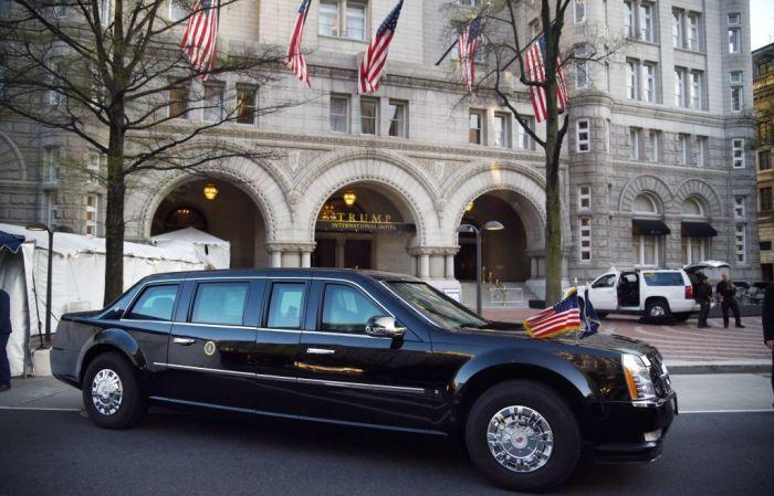 Президентский лимузин «Зверь» перед отелем «Трамп». | Фото: cheatsheet.com.
