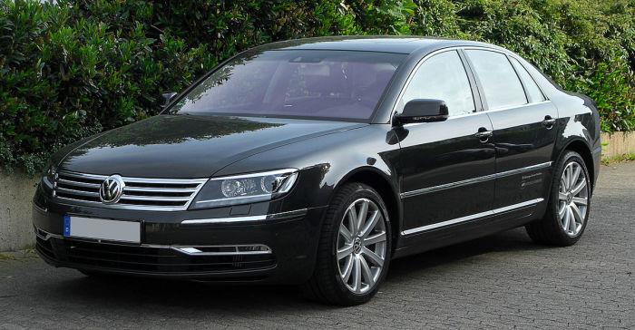 Немецкий седан Volkswagen Phaeton, который не выдержал  «битву значков». | Фото: fi.wikipedia.org.