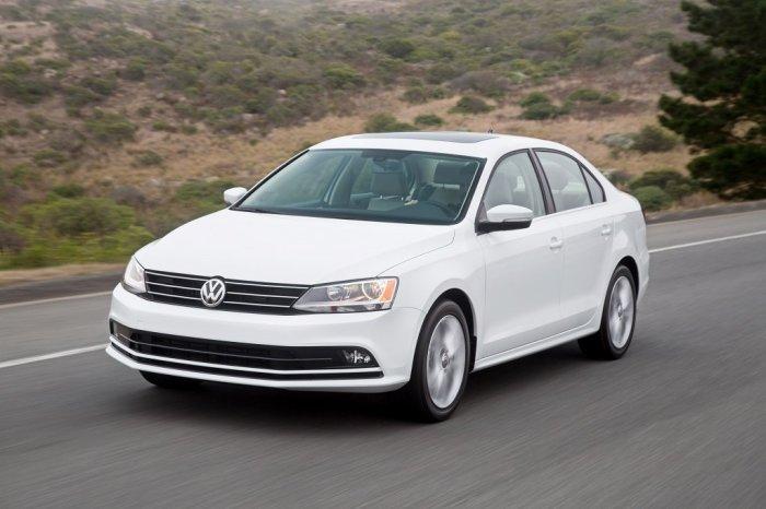 Белый седан Volkswagen Jetta 2016 года. | Фото: cheatsheet.com.