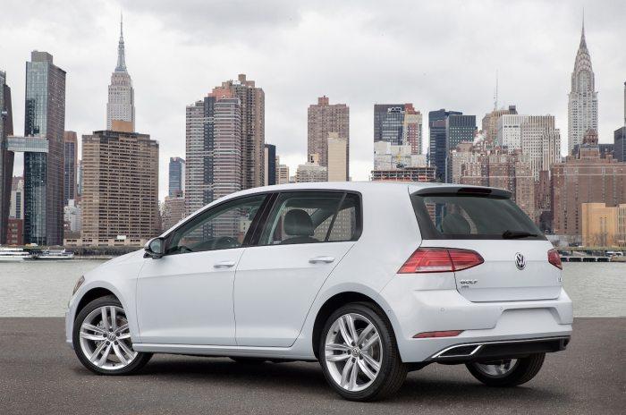 Даже такие явно удачные автомобили, как Volkswagen Golf, могут иметь скрытые дефекты. | Фото: motortrend.com.