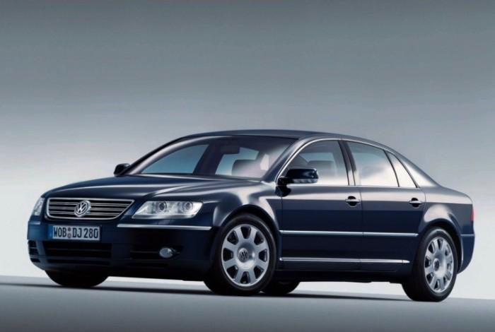 Представительский седан Volkswagen Phaeton был недооценен в свое время, но теперь это желанная машина на вторичном рынке. | Фото: cheatsheet.com.