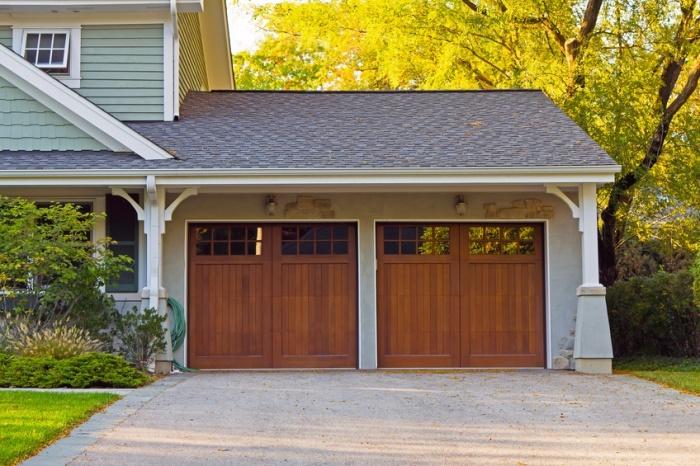 Крутой деревянный гараж на две машины. | Фото: cheatsheet.com.